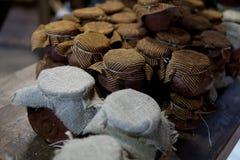 Vasi di argilla d'annata di inceppamento e di miele immagine stock