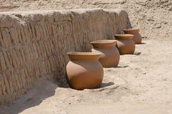 Vasi di argilla dentro su Huaca Pucllana, Lima, Perù Immagini Stock
