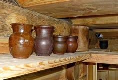 Vasi di argilla e krinka sullo scaffale della cucina nella casa del villaggio Le terraglie nere inoltre sono chiamate stufate o m immagine stock