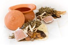 Vasi di argilla e medicina cinese per bollire Fotografie Stock Libere da Diritti