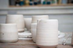 Vasi di argilla fatti a mano in un'officina delle terraglie fotografia stock