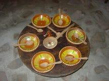 Vasi di argilla variopinti su una tavola di legno immagini stock