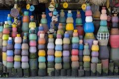 Vasi di argilla variopinti sulla terra Mercato turistico del mestiere e di arte Ubud nell'isola di Bali, Indonesia Fotografie Stock Libere da Diritti