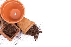 Vasi di giardinaggio dell'argilla o di terracotta con il rovesciamento della sporcizia Fotografia Stock