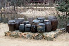 Vasi di Kimchi al villaggio delle gente della Corea fotografia stock libera da diritti