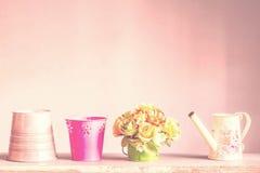 Vasi e vasi da fiori su un legno Immagini Stock