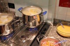 Vasi nella cucina durante la preparazione della pasta Immagini Stock