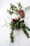 Vasi tipici della piantatrice della parete in villaggio andaluso Immagine Stock