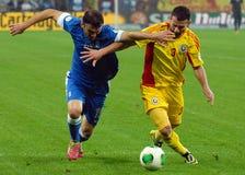 Vasileios Torosidis och Razvan Rat under det FIFA världscupslutspelet Arkivfoton