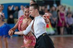 Vasilenko Nikita och Bulichnikova Elizaveta Perform Youth Latin-American Program Arkivfoton