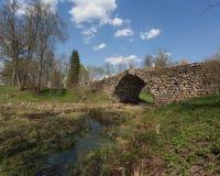 Vasilevo, Torzhok. Ponte de pedra Bouldery do arco (ponte de Chertov) Imagem de Stock