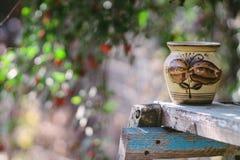 Vasilha de barro em uma superfície de madeira Foto de Stock Royalty Free