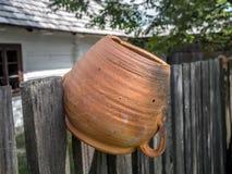 Vasilha de barro na cerca de piquete Foto de Stock