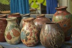 Vasilha de barro ou frasco decorativo feito a mão em um jarro bonito Foto de Stock