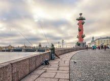 Vasilievsky海岛唾液的一位孤独的渔夫  免版税库存图片