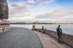 Vasilievsky海岛唾液的一位孤独的渔夫  库存照片