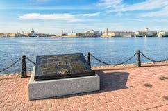 Vasilievsky海岛唾液的看法和联合国科教文组织纪念品签字 免版税图库摄影