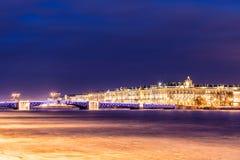 在涅瓦河的美丽的宫殿桥梁在圣彼德堡在宫殿正方形和Vasilievsky海岛之间的俄罗斯冬时的 库存图片
