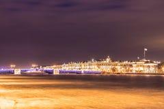 在涅瓦河的美丽的宫殿桥梁在圣彼德堡在宫殿正方形和Vasilievsky海岛之间的俄罗斯冬时的 库存照片