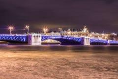 在涅瓦河的美丽的宫殿桥梁在圣彼德堡在宫殿正方形和Vasilievsky海岛之间的俄罗斯冬时的 免版税库存图片