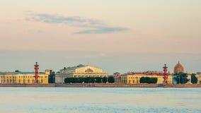 Vasilievsky-Inselpfeil im Sonnenaufgang Lizenzfreie Stockbilder