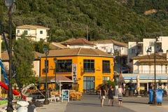 VASILIKI, LEFKADA, GRECIA 16 DE JULIO DE 2014: Visión en la puesta del sol en la 'promenade' en Vasiliki, Lefkada, Grecia Foto de archivo