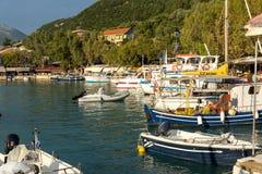 VASILIKI, LEFKADA, GRECIA 16 DE JULIO DE 2014: Visión en la puesta del sol en la 'promenade' en Vasiliki, Lefkada, Grecia Fotografía de archivo libre de regalías