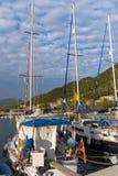 VASILIKI, LEFKADA, GRECIA 16 DE JULIO DE 2014: Visión en la puesta del sol en la 'promenade' en Vasiliki, Lefkada, Grecia Imagen de archivo