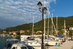 VASILIKI, LEFKADA, GRECIA 16 DE JULIO DE 2014: Visión en la puesta del sol en la 'promenade' en Vasiliki, Lefkada, Grecia Imágenes de archivo libres de regalías