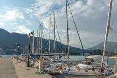 VASILIKI, LEFKADA, GRECIA 16 DE JULIO DE 2014: Visión en la puesta del sol en la 'promenade' en Vasiliki, Lefkada, islas jónicas Fotografía de archivo libre de regalías