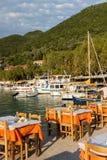 VASILIKI, LEUCADE, GRÈCE LE 16 JUILLET 2014 : Vue au coucher du soleil sur la promenade dans Vasiliki, Leucade, Grèce Photos stock