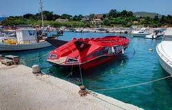 VASILIKOS,扎金索斯州海岛,希腊, 2016年6月02日:游人的红色速度小船Dake恶魔喷气机 进攻性设计小船 希腊isla 库存图片