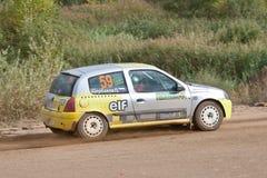Vasiliy Ivanov pilote un clio gris de Renault Photographie stock