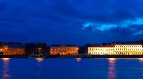Vasilyevsky Island dans la nuit Photos libres de droits