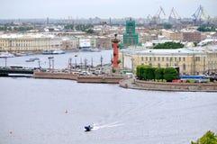 Vasilyevsky wyspa z dziejowymi budynkami i wodnym terenem Neva rzeka w świętym Petersburg, Rosja - ptaka oka widoku panorama Zdjęcie Royalty Free