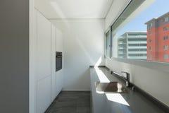 Vask av modernt kök arkivbilder
