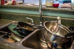 Vask av smutsig disk Arkivbild
