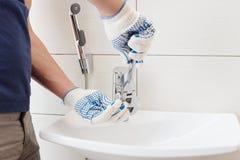 Vask för Closeupmanfixande i ett badrum arkivfoto