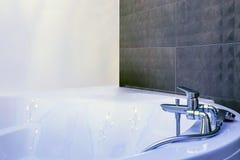 Vask för vattenklapp med vattenkrandetaljen av bubbelpoolen med tillbehöret för väggmonteringsdusch royaltyfri fotografi