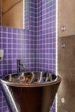 Vask i lyxigt badrum arkivfoto