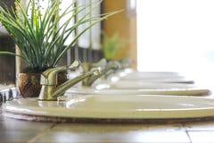 vask och vattenkran i begrepp för badruminredesign fotografering för bildbyråer