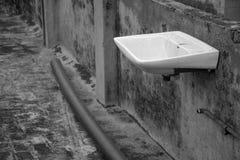Vask- och vattenrör på taket arkivfoto