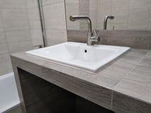 Vask på den belade med tegel som tabellöverkanten av drywallen och är handgjord lätthet - av - bruksbadrum nisch i countertopen f arkivfoto