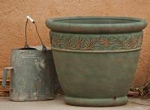 Vaso antico di fiore e dell'annaffiatoio Fotografie Stock Libere da Diritti