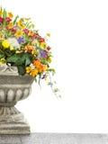 Vaso antigo com as flores, isoladas no branco Imagens de Stock