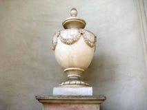 Vaso antigo com a decoração fina da flor Fotografia de Stock Royalty Free