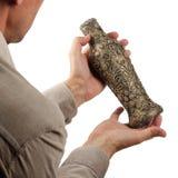 Vaso antigo nas mãos Fotografia de Stock Royalty Free