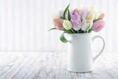 Vaso bianco con i tulipani variopinti Fotografia Stock