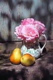 Vaso bonito com rosas cor-de-rosa Imagem de Stock Royalty Free