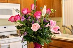 Vaso bonito das flores cor-de-rosa que incluem rosas, cravos, e lillies Fotografia de Stock Royalty Free